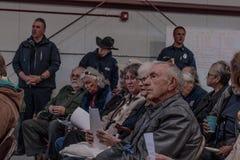 Εριστική συνεδρίαση για το 02-13-2018 στη μικρή αγροτική πόλη ιουλιανού στο νομό του Σαν Ντιέγκο, ιουλιανό εθελοντικό meetin πινά Στοκ Εικόνες