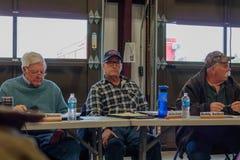 Εριστική συνεδρίαση για το 02-13-2018 στη μικρή αγροτική πόλη ιουλιανού στο νομό του Σαν Ντιέγκο, ιουλιανό εθελοντικό meetin πινά Στοκ φωτογραφία με δικαίωμα ελεύθερης χρήσης
