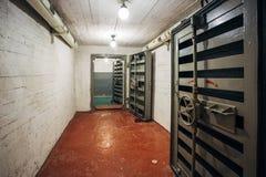 Ερμητικές θωρακισμένες πόρτες μετάλλων με τις βαλβίδες στην πυίδα πύλη tambour, είσοδος του σοβιετικού καταφυγίου βομβών Στοκ Φωτογραφίες