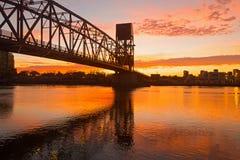 Ερυθρά ανατολή με τη γέφυρα νησιών Roosevelt πέρα από το ανατολικό κανάλι στη Νέα Υόρκη, ΗΠΑ Στοκ Φωτογραφίες