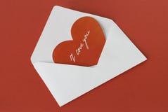 Ερυθρά καρδιά σε έναν άσπρο φάκελο Στοκ Φωτογραφία