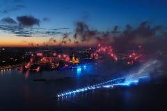 Ερυθρά πανιά χαιρετισμού Ο εορταστικός χαιρετισμός είναι μεγαλοπρεπής Πυροτεχνουργία πυροτεχνημάτων στοκ εικόνα με δικαίωμα ελεύθερης χρήσης