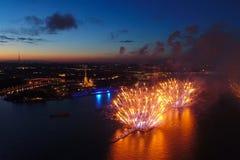 Ερυθρά πανιά χαιρετισμού Ο εορταστικός χαιρετισμός είναι μεγαλοπρεπής Πυροτεχνουργία πυροτεχνημάτων στοκ εικόνα