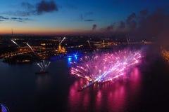 Ερυθρά πανιά χαιρετισμού Ο εορταστικός χαιρετισμός είναι μεγαλοπρεπής Πυροτεχνουργία πυροτεχνημάτων στοκ εικόνες με δικαίωμα ελεύθερης χρήσης