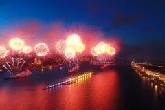 Ερυθρά πανιά χαιρετισμού Ο εορταστικός χαιρετισμός είναι μεγαλοπρεπής Πυροτεχνουργία πυροτεχνημάτων στοκ φωτογραφία