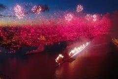 Ερυθρά πανιά χαιρετισμού Ο εορταστικός χαιρετισμός είναι μεγαλοπρεπής Πυροτεχνουργία πυροτεχνημάτων στοκ εικόνες
