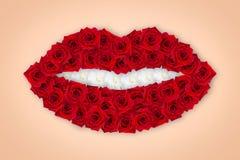 Ερυθρά τριαντάφυλλα με μορφή των χειλιών Τα δόντια αποτελούνται από τον άσπρο αστέρα Αντικείμενο τέχνης r Ύφος ομορφιάς Κόκκινος  στοκ εικόνες