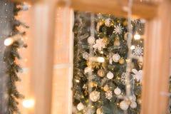 Ερυθρελάτες Χριστουγέννων μέσω του πλαισίου πορτών Στοκ φωτογραφία με δικαίωμα ελεύθερης χρήσης