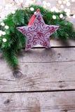 Ερυθρελάτες branche, αστέρι Χριστουγέννων και φως διακοπών στο ηλικίας ξύλο Στοκ εικόνες με δικαίωμα ελεύθερης χρήσης