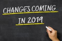 Ερχομός αλλαγών που γράφεται το 2019 σε έναν πίνακα στοκ εικόνες