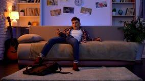 Ερχομός εφήβων που πίνεται κατ' οίκον, υφισμένος τη μοναξιά και την έλλειψη επικοινωνίας στοκ φωτογραφία