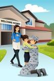 Ερχομός μπαμπάδων στρατιωτών που χαιρετιέται κατ' οίκον από την κόρη του Στοκ Εικόνες