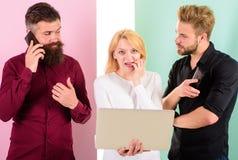 Ερχομός προθεσμίας Δημιουργία περιεχομένου εργασίας μάρκετινγκ Διαδικτύου ομάδας Κοινωνικά μέσα που εμπορεύονται την ομάδα Οι άνδ στοκ εικόνα