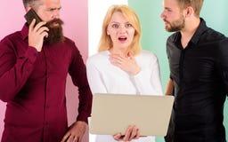 Ερχομός προθεσμίας Lap-top εργαζομένων γραφείων και smartphones Δημιουργία περιεχομένου εργασίας μάρκετινγκ Διαδικτύου ομάδας συν στοκ φωτογραφία