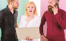 Ερχομός προθεσμίας Lap-top εργαζομένων γραφείων και smartphones Δημιουργία περιεχομένου εργασίας μάρκετινγκ Διαδικτύου ομάδας συν στοκ εικόνα