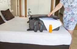 Ερχομός στο δωμάτιο ξενοδοχείου και να ανοίξει Έννοια θερινών διακοπών στοκ εικόνες με δικαίωμα ελεύθερης χρήσης