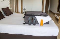 Ερχομός στο δωμάτιο ξενοδοχείου και να ανοίξει Έννοια θερινών διακοπών στοκ φωτογραφία με δικαίωμα ελεύθερης χρήσης