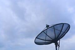ερχόμενη δορυφορική θύελλα πιάτων Στοκ Φωτογραφίες