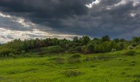 Ερχόμενη θύελλα πέρα από τους τομείς και τα λιβάδια Στοκ Φωτογραφία