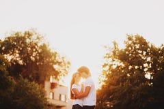 Ερωτευμένες στιγμές απόλαυσης ζεύγους κατά τη διάρκεια του ηλιοβασιλέματος στοκ φωτογραφίες με δικαίωμα ελεύθερης χρήσης