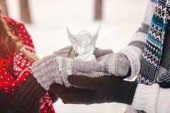 Ερωτευμένη εκμετάλλευση ζεύγους στο άσπρο παιχνίδι αγγέλου χεριών Στοκ φωτογραφίες με δικαίωμα ελεύθερης χρήσης