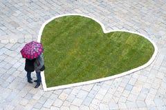Ερωτευμένη κατώτερη ομπρέλα ζεύγους Στοκ φωτογραφία με δικαίωμα ελεύθερης χρήσης