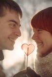 Ερωτευμένη μορφή καρδιών λαβής ζεύγους lollipop Στοκ φωτογραφία με δικαίωμα ελεύθερης χρήσης