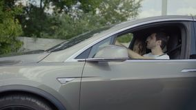 Ερωτευμένη οδήγηση ζευγών στο γκρίζο σύγχρονο αυτοκίνητο και ομιλία φιλμ μικρού μήκους