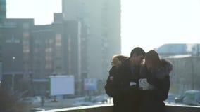 Ερωτευμένη ομιλία ζεύγους και χαμόγελο στη χειμερινή ημέρα απόθεμα βίντεο