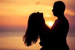 Ερωτευμένη πίσω ελαφριά σκιαγραφία ζεύγους στη θάλασσα Στοκ Φωτογραφία