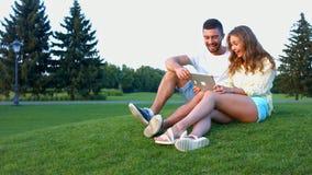 Ερωτευμένη χαλάρωση ζευγών στο πάρκο απόθεμα βίντεο