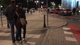 Ερωτευμένοι περίπατοι ζεύγους στην ευρωπαϊκή πόλη βραδιού φιλμ μικρού μήκους