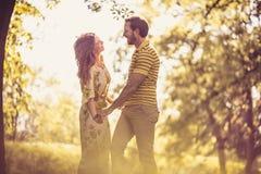 Ερωτευμένος στη φύση ζεύγος ευτυχές Στοκ Εικόνες