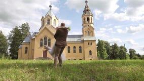 Ερωτευμένος χορός γαμήλιων ζευγών κοντά στην εκκλησία απόθεμα βίντεο