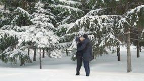 Ερωτευμένο αγκάλιασμα ζεύγους το χειμώνα απόθεμα βίντεο