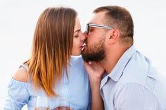 Ερωτευμένο κρασί κατανάλωσης ζεύγους κατά τη διάρκεια του ρομαντικού γεύματος στην παραλία, νέο ζεύγος που φιλά και που κρατά τα  Στοκ εικόνες με δικαίωμα ελεύθερης χρήσης