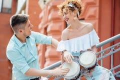 Ερωτευμένο παιχνίδι ζεύγους στο τύμπανο στην οδό στοκ φωτογραφία με δικαίωμα ελεύθερης χρήσης