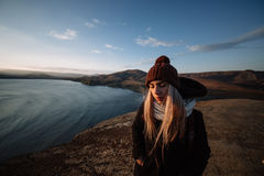 Ερωτευμένο περπάτημα ζεύγους στα βουνά στοκ εικόνα με δικαίωμα ελεύθερης χρήσης