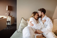 Ερωτευμένο Σαββατοκύριακο wellness απόλαυσης ζεύγους Στοκ φωτογραφία με δικαίωμα ελεύθερης χρήσης
