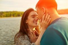 Ερωτευμένο φίλημα ζεύγους που γελά έχοντας τη διασκέδαση Στοκ εικόνα με δικαίωμα ελεύθερης χρήσης