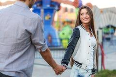 Ερωτεύσιμο κορίτσι που εξετάζει το φίλο της στοκ φωτογραφία