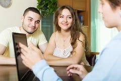 Ερωτηματολόγιο πλήρωσης ζεύγους για τον υπάλληλο με το lap-top Στοκ φωτογραφία με δικαίωμα ελεύθερης χρήσης