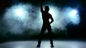 Ερωτικός παρουσιάστε του ατόμου, πηγαίνετε στο χορό και την περιστροφή στον καπνό, σε μαύρο, σε αργή κίνηση απόθεμα βίντεο