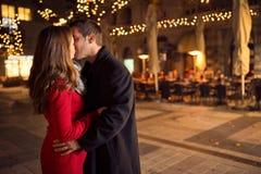 Ερωτικό φίλημα ζευγών σε Christmastime Στοκ εικόνες με δικαίωμα ελεύθερης χρήσης