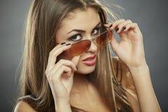 Γυαλιά ηλίου εκμετάλλευσης γυναικών και εξέταση σας Στοκ Εικόνα