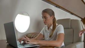 Ερώτηση αεροπλάνων hostes businesslady για την υπηρεσία μέσα της ιδιωτικής αεριωθούμενης καμπίνας φιλμ μικρού μήκους