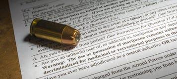 Ερώτηση ελέγχων ιστορικό αγορών πυροβόλων όπλων στη μαριχουάνα Στοκ Εικόνες
