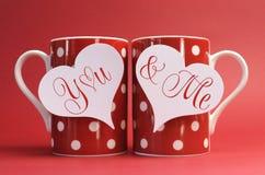 Εσείς και εγώ, χαιρετισμός μηνυμάτων αγάπης στις ετικέττες δώρων καρδιών στις κόκκινες κούπες καφέ σημείων Πόλκα Στοκ εικόνες με δικαίωμα ελεύθερης χρήσης