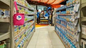 Εσκί Σεχίρ, Τουρκία - 8 Απριλίου 2017: Αγοραστές που πληρώνουν για τα προϊόντα στον έλεγχο στο κατάστημα καταστημάτων μωρών σε Εσ Στοκ Εικόνες
