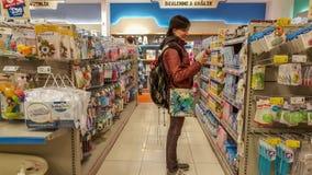 Εσκί Σεχίρ, Τουρκία - 8 Απριλίου 2017: Η νέα γυναίκα στο μωρό παρέχει το τμήμα σε μια υπεραγορά σε Εσκί Σεχίρ, Τουρκία Στοκ Εικόνες